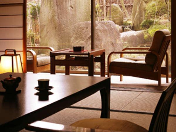 本館客室からは、和風庭園をご覧頂けます。ゆったりとお寛ぎ下さい。