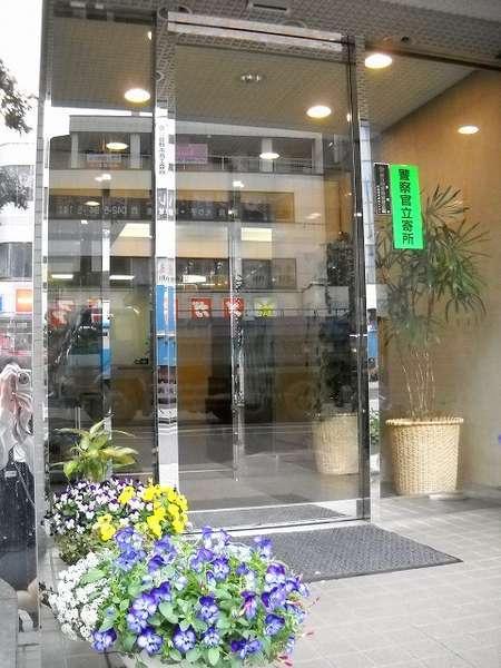ホテル正面玄関♪季節のお花でお迎えいたします