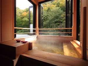 貸切半露天風呂。桧の香ただよう中で自慢の湯を独り占めしてください。