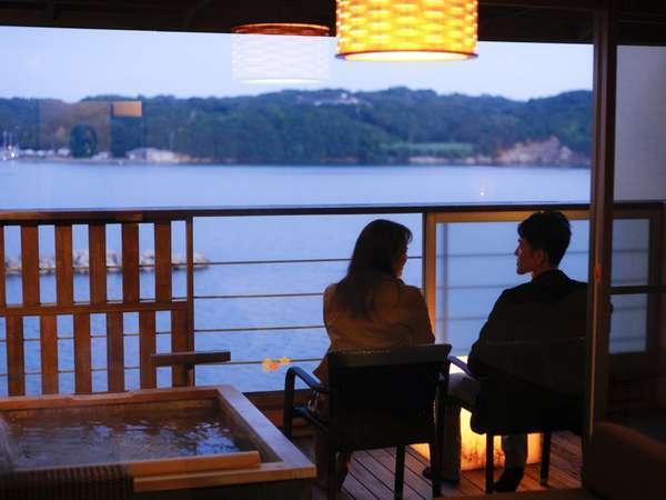 バルコニーから海を眺めながらくつろぐ