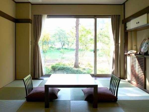 【茶室風和室「あずま」】落ち着きある茶室は、上品な大人の雰囲気。窓からは美しい四季の景色を楽しめる