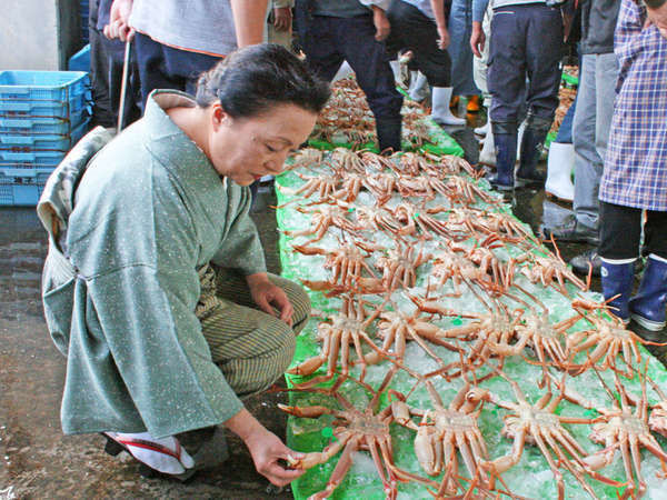 【こだわり】魚やカニは獲れるその日により質が変わる為、自らセリ会場に足を運び厳選して仕入れています。