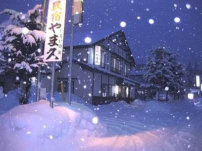 雪に埋れた山中の民宿