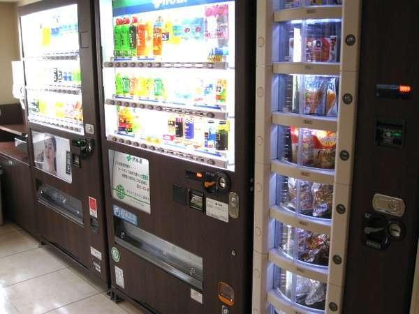自販機コーナーは2階にございます。ドリンク類、お酒の他にもお菓子の自販機もございます。