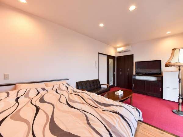 *【露天風呂付きコテージ(大和)】大型テレビやソファなど、のんびりお寛ぎいただける特別室です。