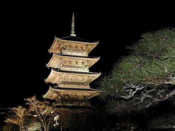 備中国分寺のライトアップ。境内にそびえる五重塔は、吉備路の代表する景観です。