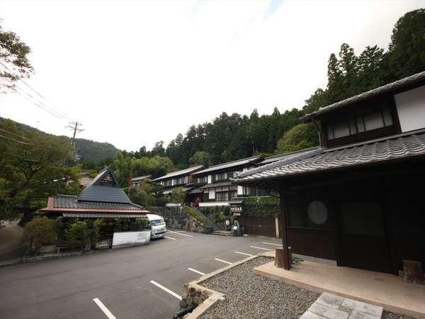 当館は大原盆地の西北西の閑静な山間にある平家物語で有名な寂光院隣にございます。