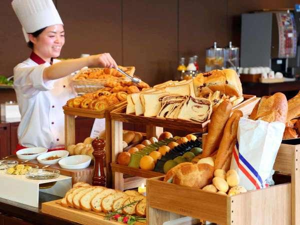 地元で人気のベーカリーのパンが並びます