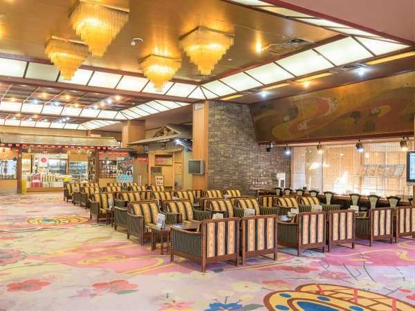 ホテルエントランスです。入口を入った瞬間、広い空間が広がっております。