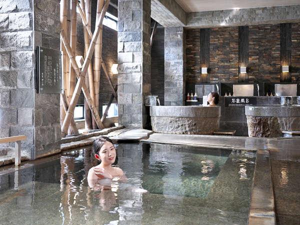 【静の湯】石と竹、自然素材が織りなす静かさの中に温かみを感じる大浴場