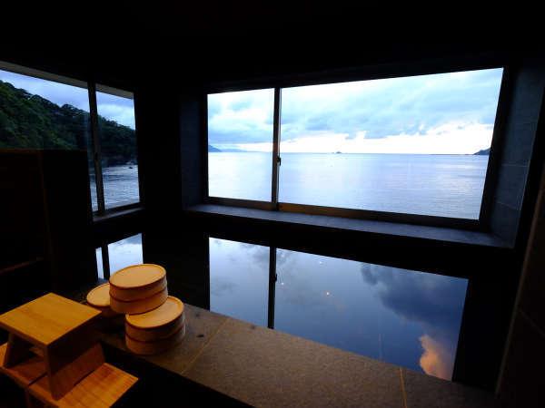 【内湯】海を眺めながらゆったりとお湯に浸かる