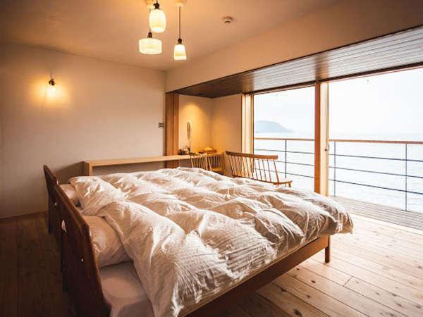 *【洋室】全室バルコニー付き。のどかな若狭湾の景色を望めます。