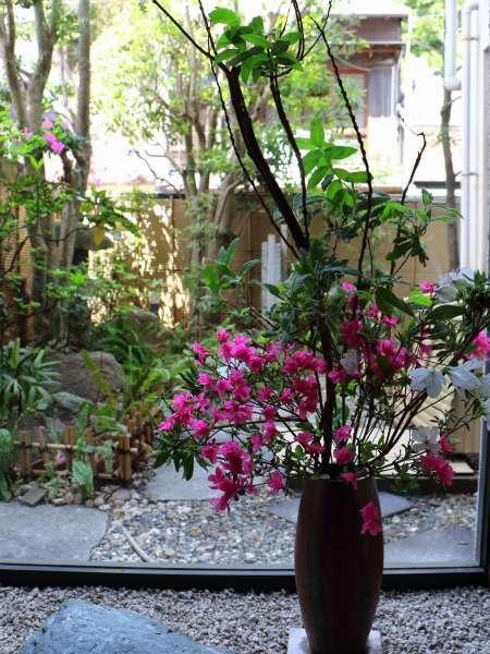 館内には季節のお花を生けております。