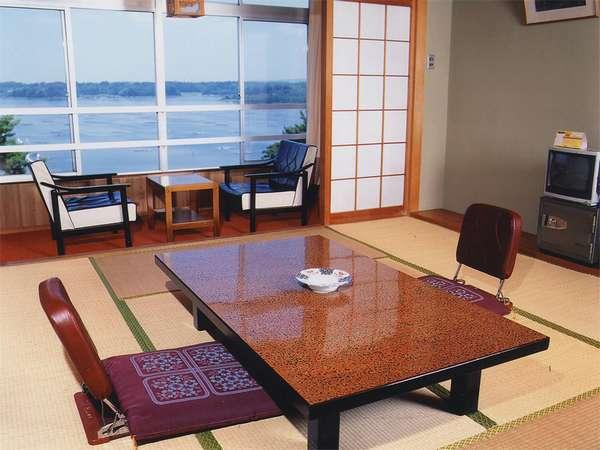 *お部屋の窓より加茂湖等、四季折々の美しい自然を望める開放的な和室。(客室一例)