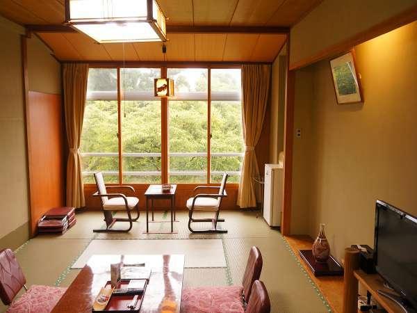 客室一例。お部屋からは、加茂湖が望めます