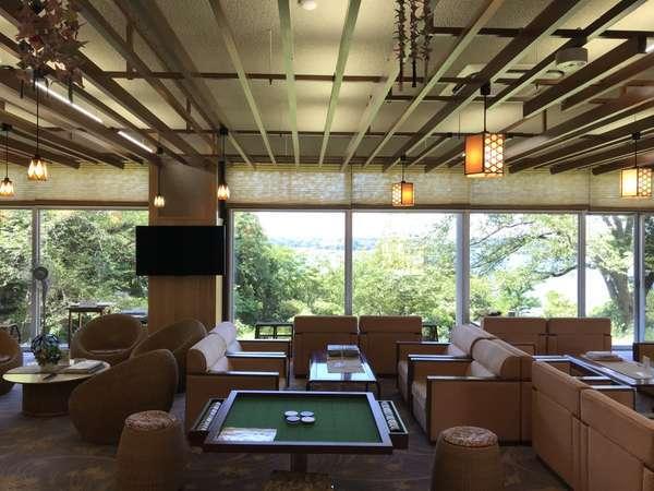 **本館ロビー**新潟県一の大きさを誇る≪加茂湖≫をご覧いただけます