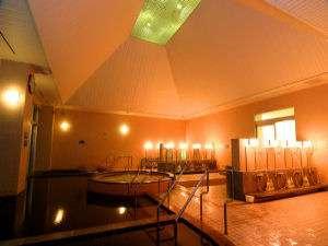 【大浴場】源泉掛け流しの大浴場、寝湯、ジャグジー、サウナも併設