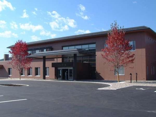 当館の全景写真です。両サイドの赤い葉の木は楓の木です。