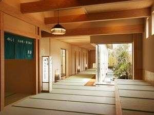 和の演出が心地よい畳廊下が大浴場フロア全体に広がります