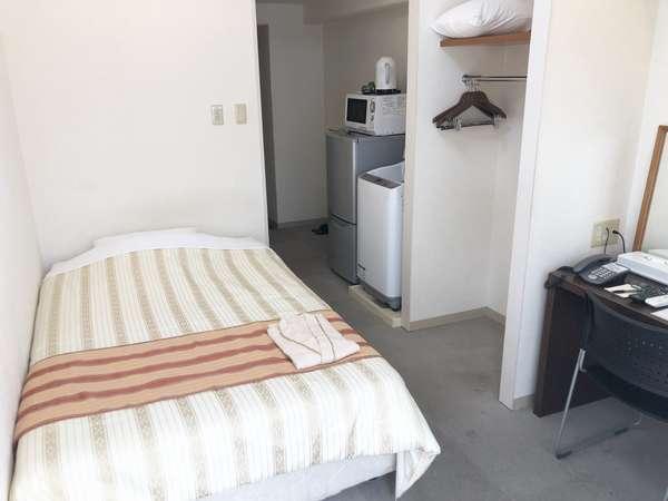 シングルルーム。ベッドサイズ120cm幅なのでゆったり眠れます。