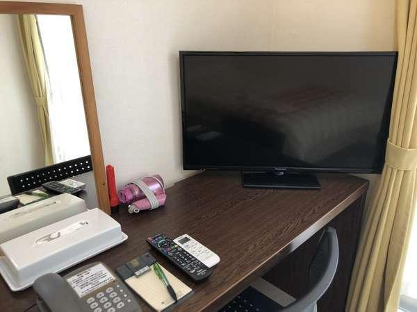 全部屋共通デスク。32型大型テレビ完備。