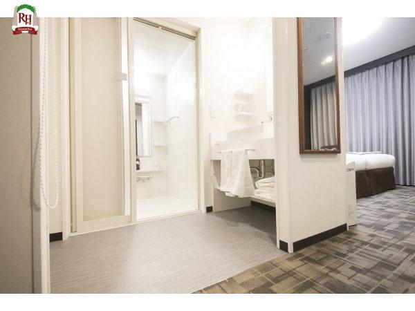 ~ユニバーサルツインルーム~ 入口が広いバリアフリータイプのバスルームとなっております。