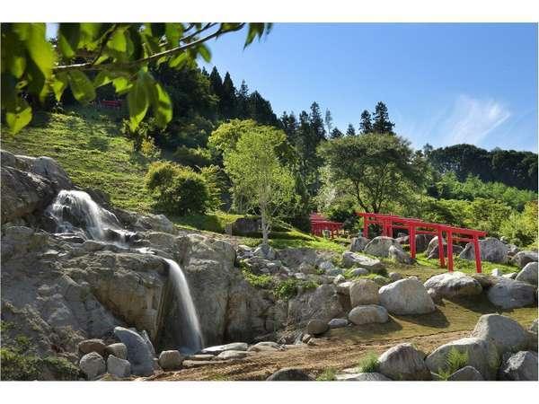 裏山には山頂まで続く赤鳥居があります。散歩コースに最適です。
