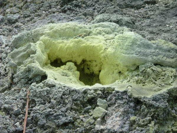 噴気孔には硫黄分がびっしり