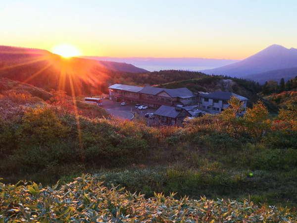 ご来光と雲海、岩手山と当館全景