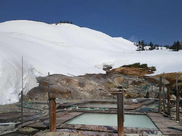 春先は大雪渓越しの露天風呂をお楽しみください