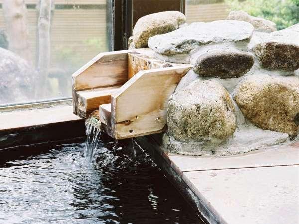当館の露天ぶろはすべて自家源泉かけ流しです。弱アルカリの単純泉はお肌もすべすべに。