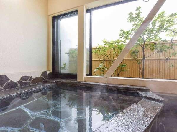 *客室の半露天風呂(一例)。お部屋のお湯も源泉かけ流しの天然温泉♪