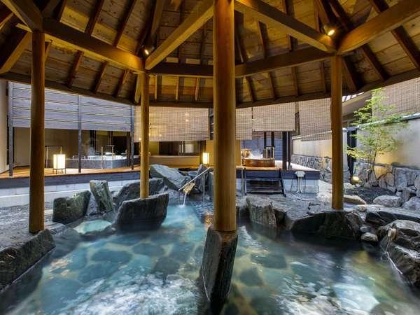 桧の大屋根が特徴の露天岩風呂(1階「天地の湯」)