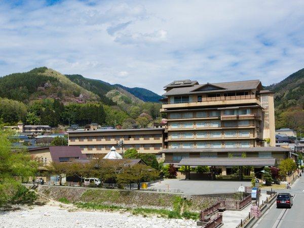 写真左側の「心の館」は4階建て、右側の「天の館」は7階建ての建物です。