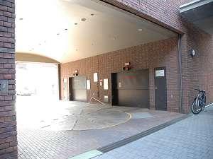 立体駐車場。入庫できない場合は、ファクトリーの駐車場をご案内します。