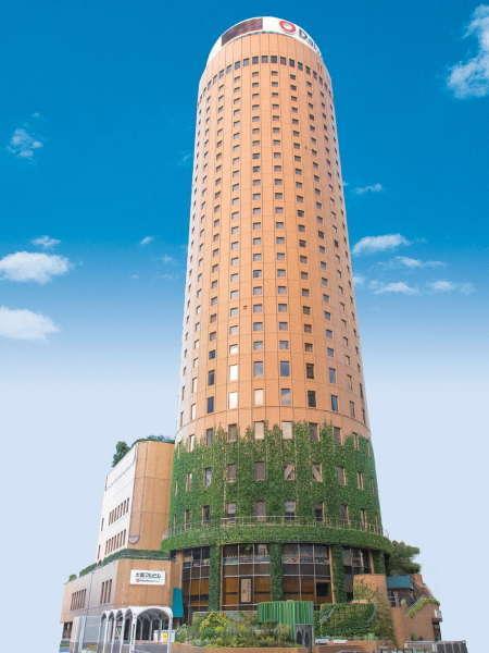 ▽JR大阪駅前に立つ円柱型ホテル。大阪が初めての方でも迷うことなく安心です。