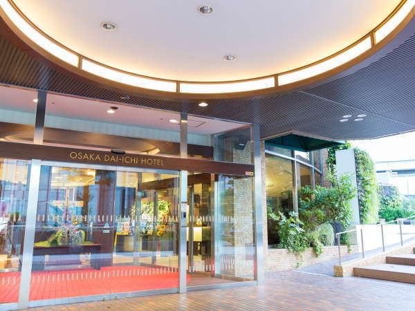 正面玄関の右側は明るく開放的な大阪マルビル緑のテラスがあります。