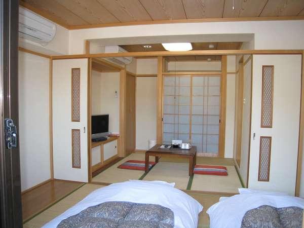 和室6畳4.5畳の余裕の客室もちろんバス、トイレ、大型液晶テレビ付きです。