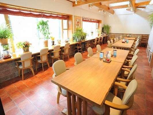 お食事はワンちゃん同伴でどうぞ。和洋折衷のお料理は地元食材、自家栽培野菜ハーブを取り入れております。