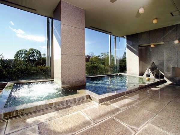 女湯はワイドな全面窓から多摩湖を一望できる展望浴場です。サウナ・ジャグジーが楽しめます。