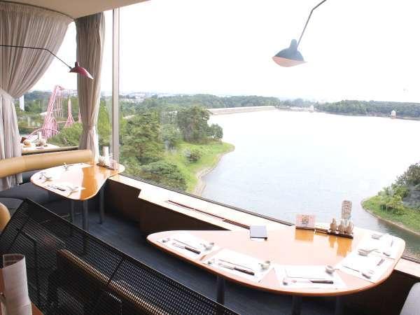 【夕・朝食会場】多摩湖の絶景をながめながら、本格中国料理を楽しめる