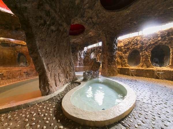 お子様に人気の「洞窟風呂」石を埋め込んだ床は歩き辛いが、足つぼ効果がありますよ。