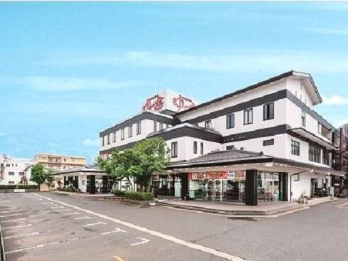 福井市内の主要道路、西環状線沿いに立つ当館。