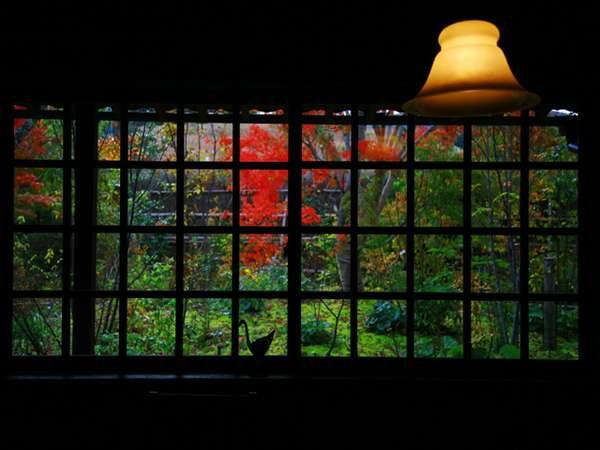 レストラン「すゞ奈」内。古民家とアンティーク家具を用いた落ち着いた空間です。