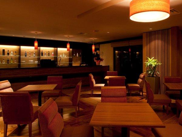 夜のナイトラウンジでは夜食のラーメンやアルコールを楽しむ事ができる
