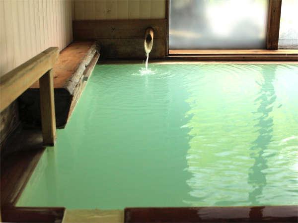 白濁した湯は、光の加減でエメラルドグリーンに輝きます。