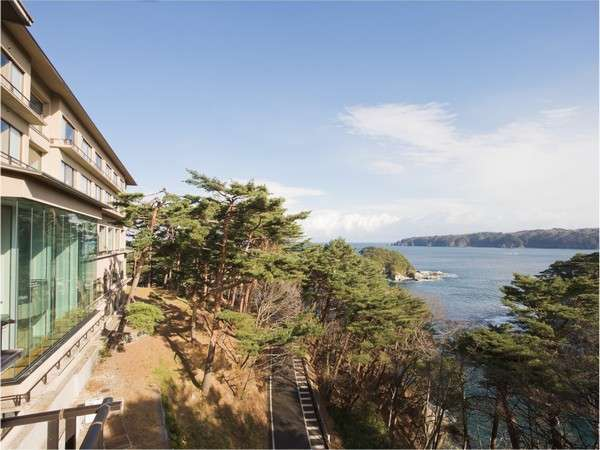 浄土ヶ浜を臨む高台に建つホテル