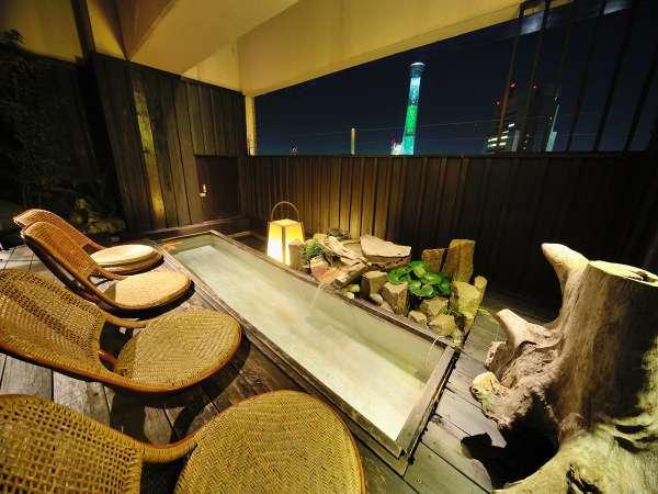 夜の足湯です☆浅草のライトアップされた夜景をお楽しみ下さい