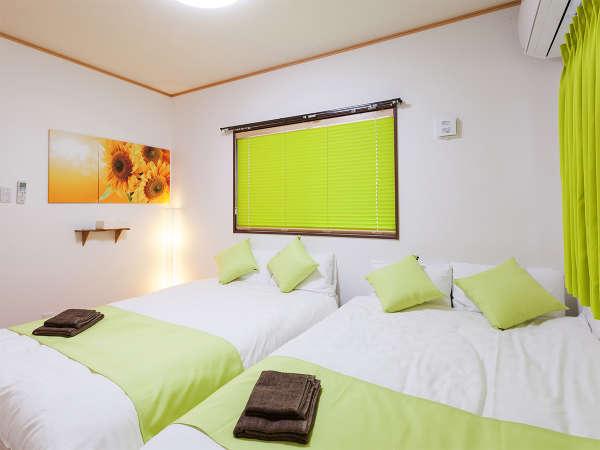 1階には寝室が2つ。各部屋にはセミダブルベッドが2台ずつ入っています(グリーンカラールーム)