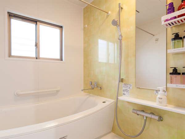 1Fの快適なバスルーム。シャンプーなども多種類ご用意しております。トイレは1階と2階に2ヶ所。